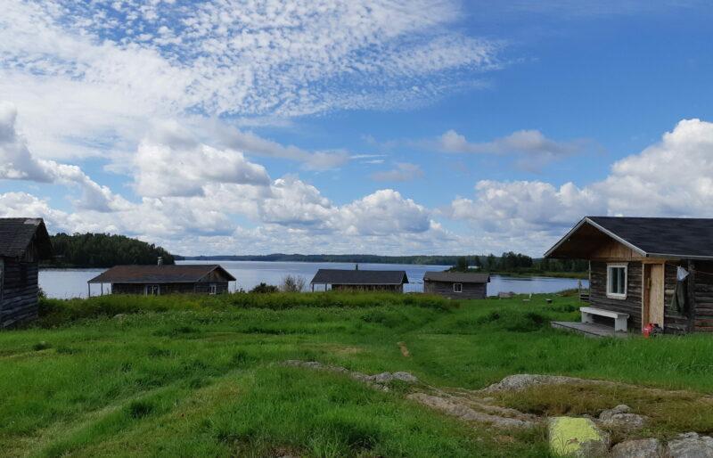 Petites maisons à Kitcisakik, en territoire anicinabe