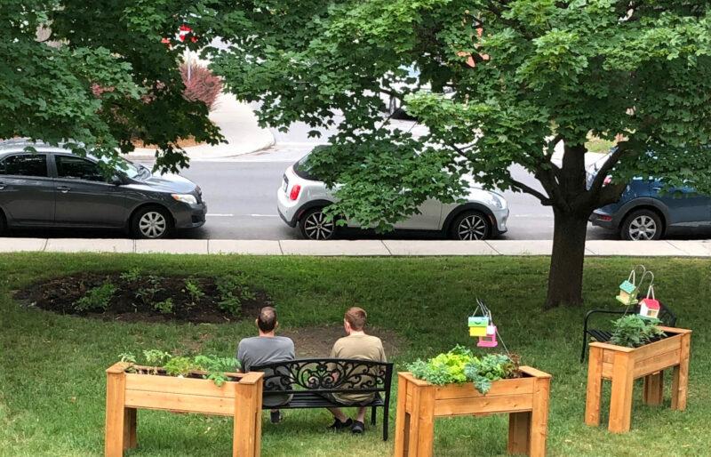 Un Coordonnateur et un résident assis sur un banc